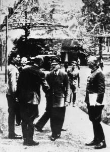Wolfsschanze 15-07-1944 r. Od lewej Claus Schenk Graf von Stauffenberg, Karl-Jesko von Puttkamer, nieznany, Hitler, Wilhelm źr. Bundesarchiv, Bild 146-1984-079-02 - CC-BY-SA, Wikimedia - Commons CC