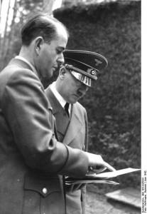 Wolfsschanze 1942 rok. Hitler i Speer podczas narady źr. Bundesarchiv, Bild 183-H25833 - Heinrich Hoffmann - CC-BY-SA, Wikimedia - Commons CC