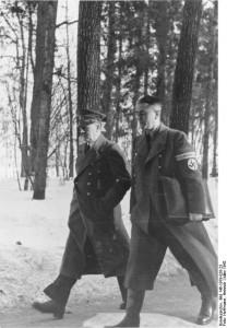 Wolfsschanze 1942 rok. Hitler i Speer w drodze na spotkanie do bunkra Hitlera źr. Bundesarchiv, Bild 146-1979-026-23 - Heinrich Hoffmann - CC-BY-SA, Wikimedia - Commons CC