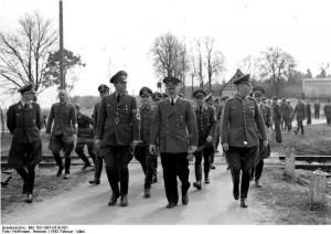 Wolfsschanze 1942 rok. Najbliżej Hitlera od lewej Speer, Buhle, Keitel źr. Bundesarchiv, Bild 183-1987-0519-501 - Hoffmann, Heinrich -CC-BY-SA, Wikimedia - Commons CC