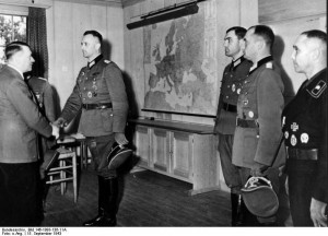Wolfsschanze 1943 rok. źr. Bundesarchiv, Bild 146-1993-136-11A - CC-BY-SA, Wikimedia - Commons CC