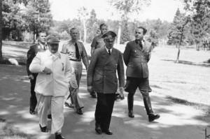 Wolfsschanze 1943 rok. Na zdjęciu Hermann Göring, Adolf Hitler, Albert Speer źr. Bundesarchiv, Bild 146-1977-149-13 - Hoffmann Heinrich - CC-BY-SA, Wikimedia - Commons CC