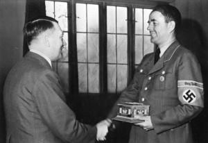Wolfsschanze 1943 rok. Na zdjęciu Hitler i Speer źr. Bundesarchiv, Bild 146-1979-026-22 - Hoffmann Heinrich - CC-BY-SA, Wikimedia - Commons CC