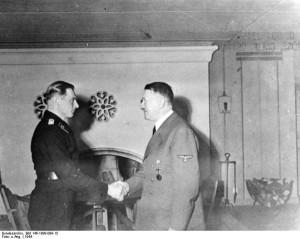 Wolfsschanze 1944 r. Adolf Hitler wręcza Michaelowi Wittmannowi Liście Dębu do Krzyża Rycerskiego źr. Bundesarchiv, Bild 146-1989-099-15 - CC-BY-SA, Wikimedia - Commons CC