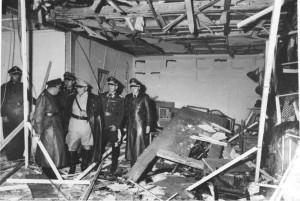 Wolfsschanze 1944 r. sala narad sytuacyjnych po zamachu, od lewej Linge, Bormann, Schaub, Göring, Loerzer, nieznany źr. Bundesarchiv, Bild 146-1972-025-10 - CC-BY-SA, Wikimedia - Commons CC