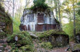 Fragment ściany wyłożonej białą glazurą Wilczy Szaniec