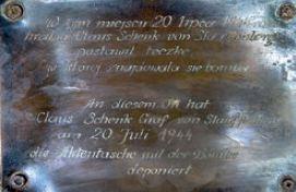 Tabliczka symbolizująca miejsce pozostawienia teczki z bombą Wilczy Szaniec